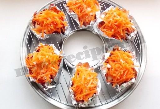 посыпаем тёртой морковкой