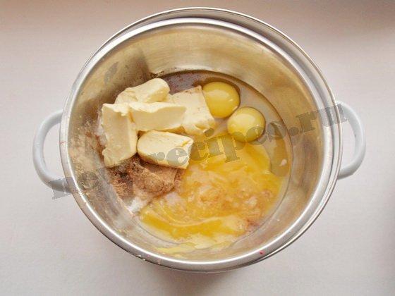 соединяем яйца, сахар, мёд, корицу, масло