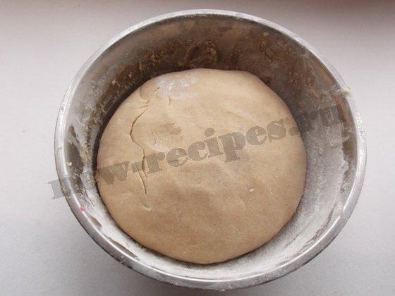 замешиваем медовое тесто