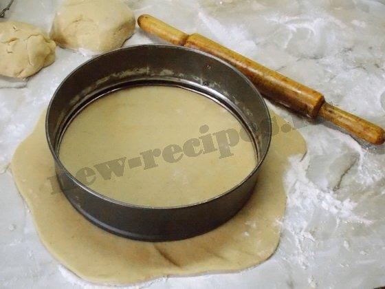 раскатываем тесто и вырезаем круг