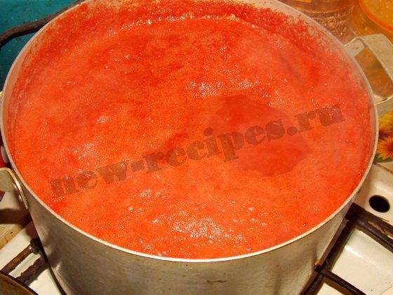 кипятим томатный сок в большой кастрюле