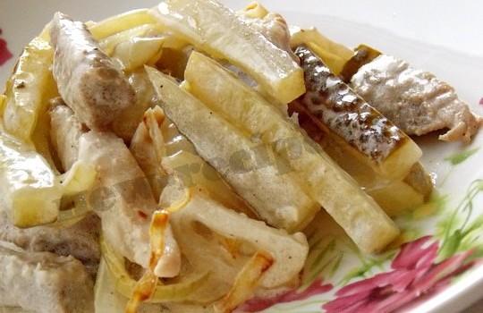 вкусный мясной салат готов