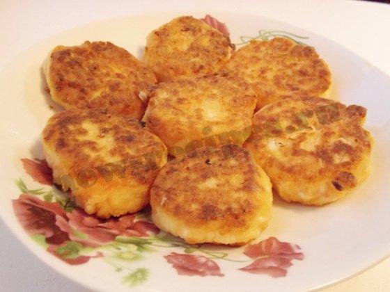 готовые сырники с тыквой выкладываем на тарелку