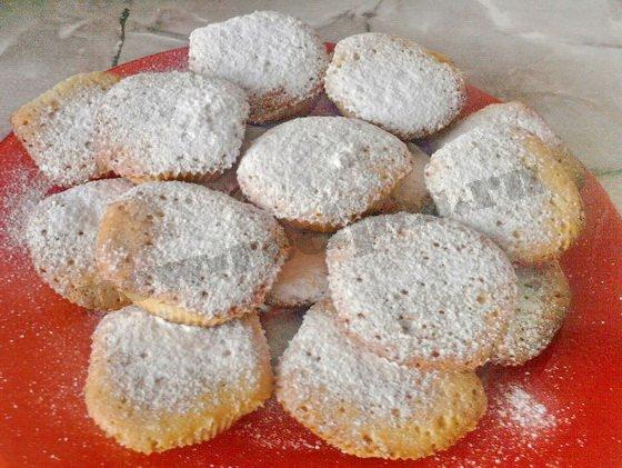 выкладываем кексики на блюдо и посыпаем сахарной пудрой