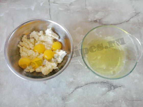желтки отделяем от белков и добавляем в тесто