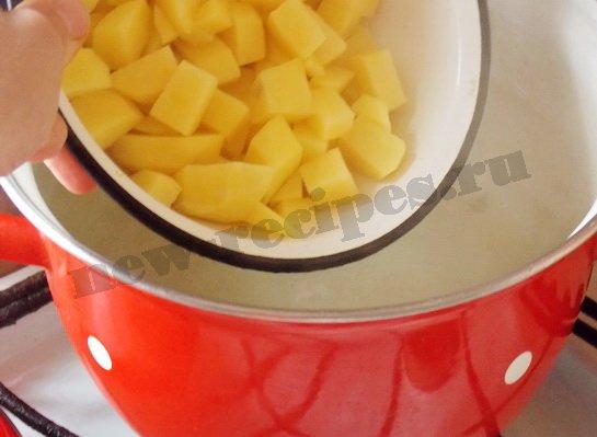 кладём в кастрюлю с водой картошку