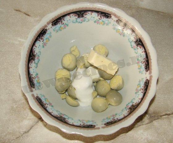 разминаем желтки со сметаной и маслом