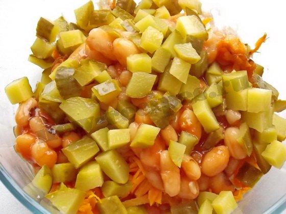 добавим в салат солёные огурцы
