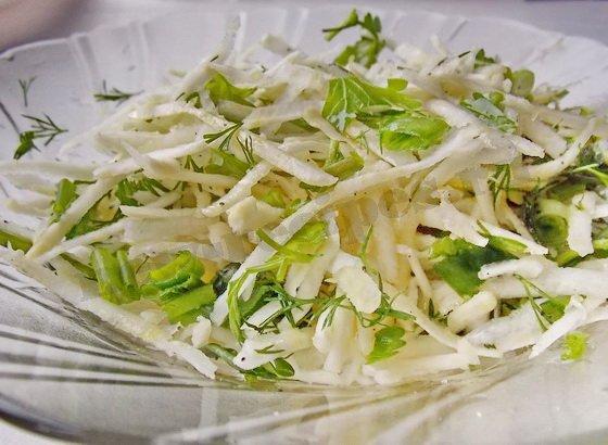 посолим, поперчим и перемешаем салат