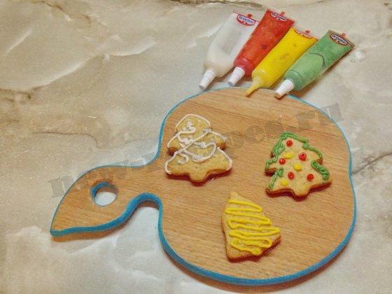 украшаем имбирное печенье сахарными карандашами