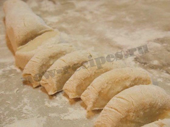 колбаску из теста нарежем кусочками