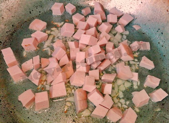 обжарим колбасу и лук