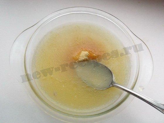 растворяем желатин в бульоне
