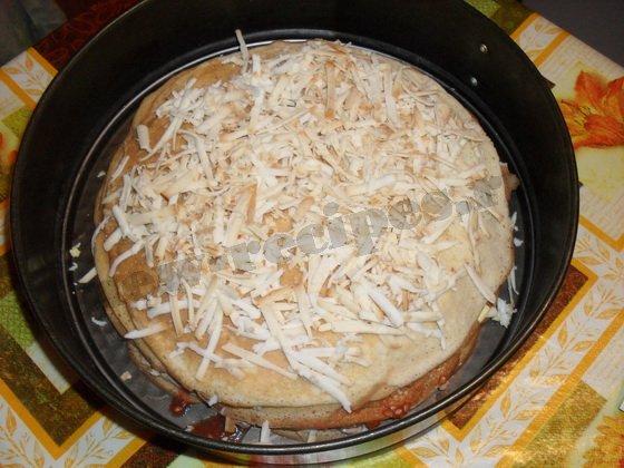сверху посыпаем блинный торт тёртым сыром