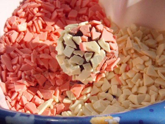 обкатываем конфеты в шоколадной крошке