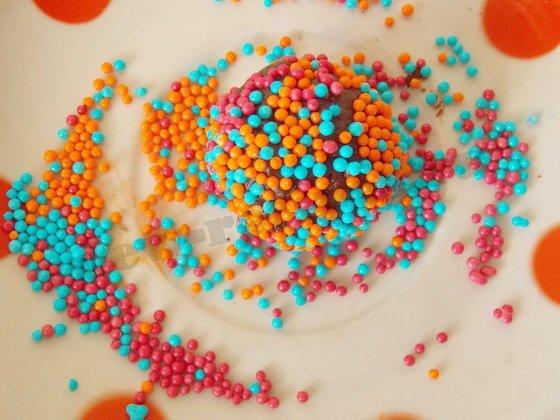 обваливаем конфеты в кондитерской посыпке