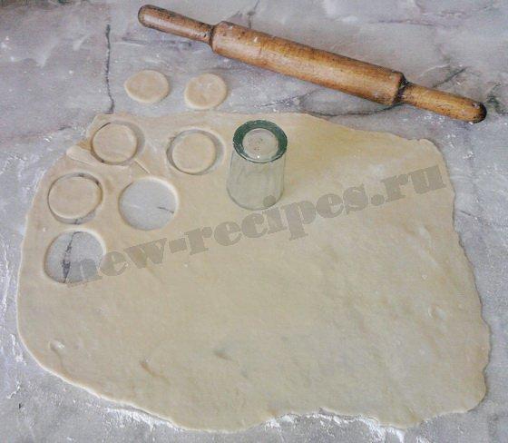 раскатаем тесто и вырежем кружочки