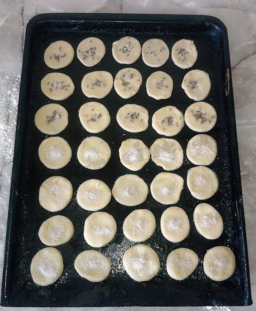 посыпаем печенье посыпкой