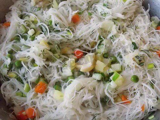 перемешиваем овощи и вермишель