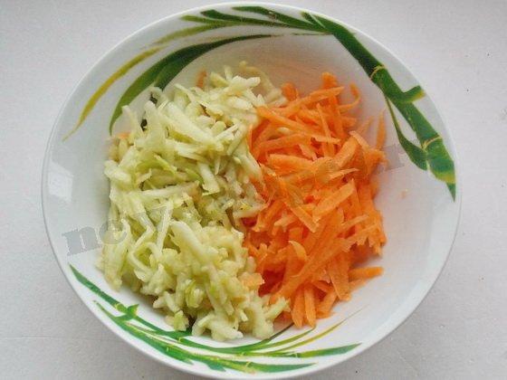трём морковку и яблоко на крупной тёрке