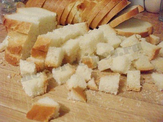 нарежем белый хлеб кубиками