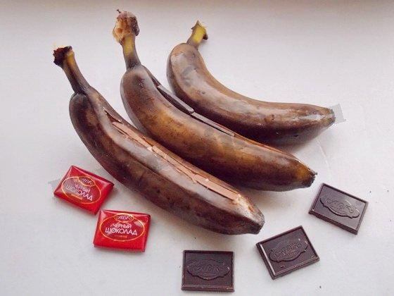поместим кусочки шоколада вовнутрь банана