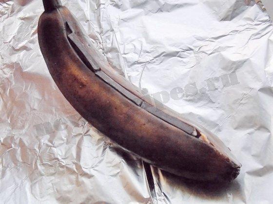 вставим ломтики шоколада в банан