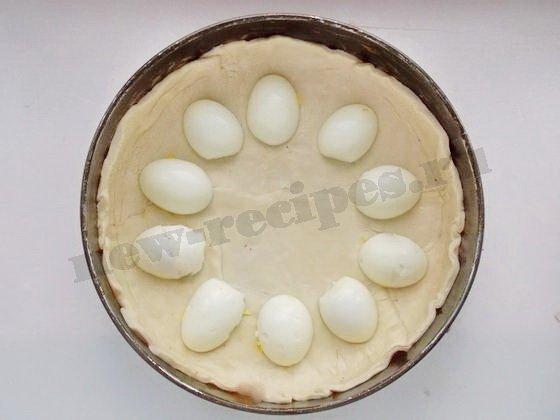 выложим на нижний корж половинки яиц