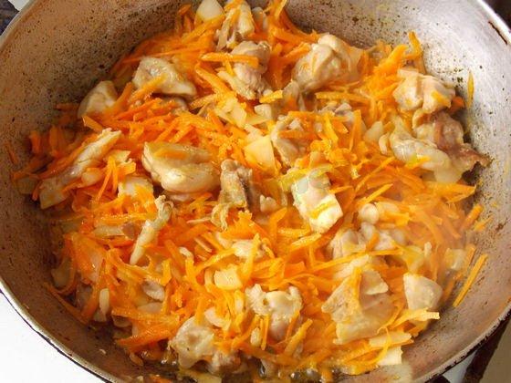 добавляем лук и морковку