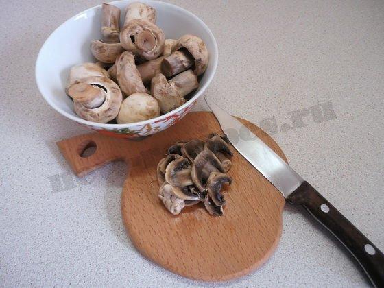 нарежем грибы пластинками