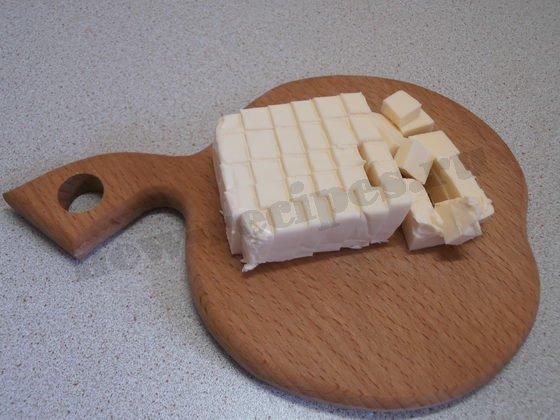 режем плавленые сырки кубиками