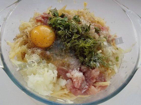 добавляем яйцо и зелень