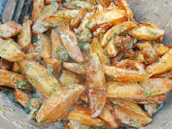 жареная картошка со сметаной и зеленью