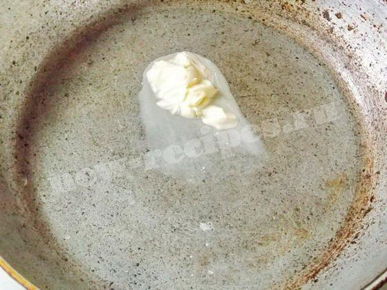нагреваем на сковороде масло