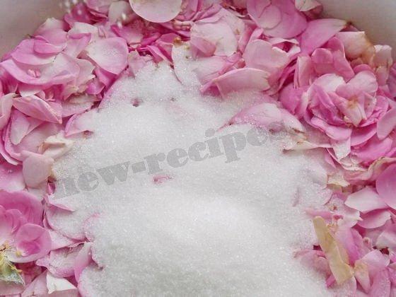 насыпаем сахар в лепестки роз