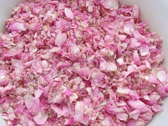 лепестки чайной розы, перетёртые с сахаром