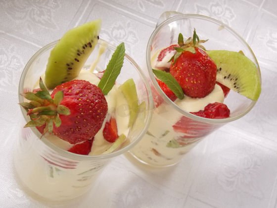 выкладываем слоями ягоды, фрукты, бисквит и сливки