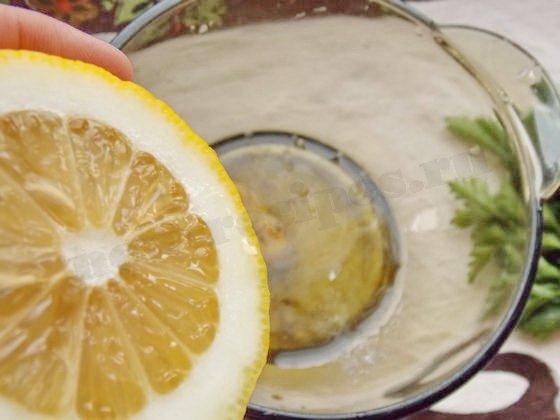 соединяем сок лимона, масло, горчицу