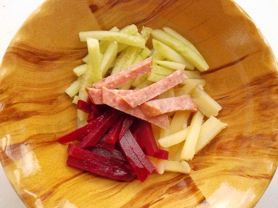 можно добавить в свекольник мясо или колбасу