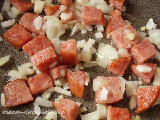 обжариваем лук и колбасу