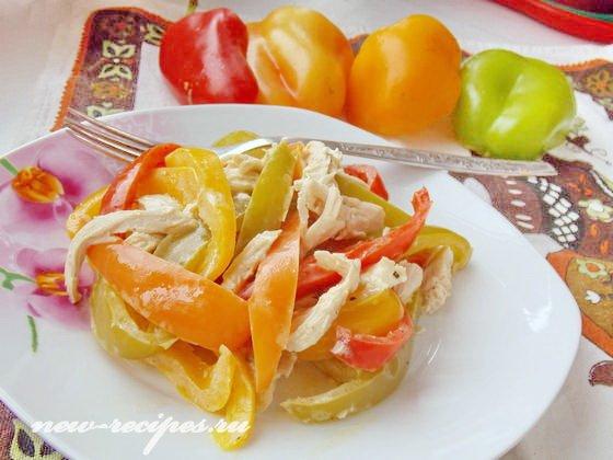 салат с разноцветным перцем и курицей