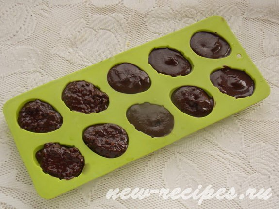 раскладываем шоколадную массу по силиконовым формочкам