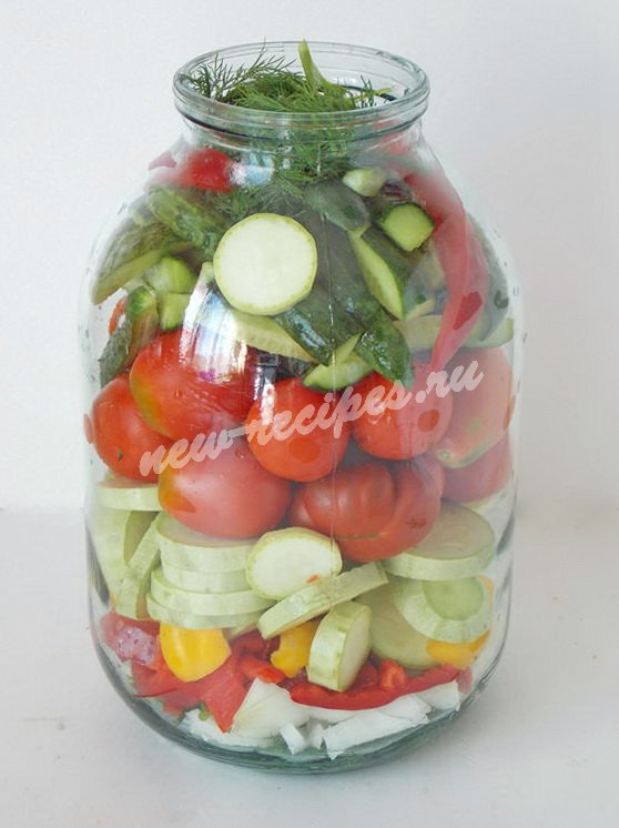 выкладываем овощи в банку слоями