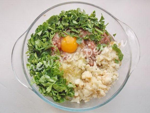 смешиваем фарш, лук, размоченный в молоке хлеб, яйцо, зелень и специи