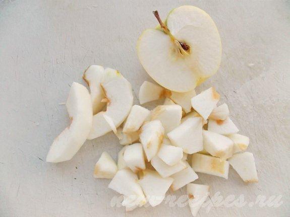 очистим яблоки и нарежем кусочками