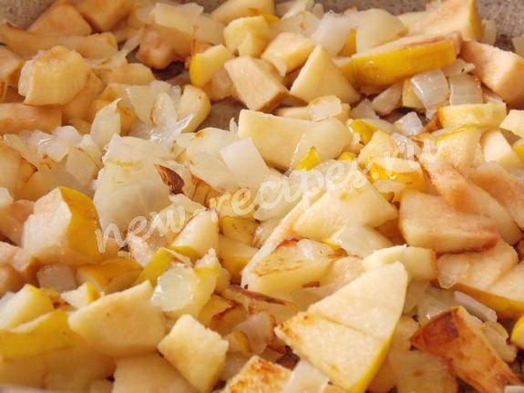 обжариваем айву с луком на растительном масле