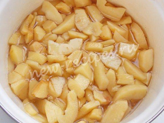 высыпаем кусочки айвы в сахарный сироп