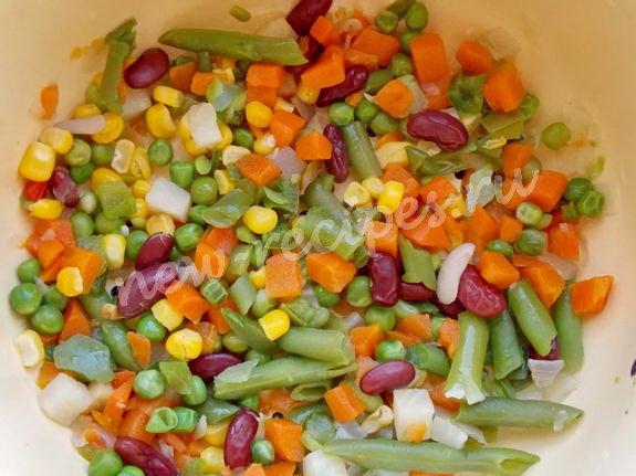 провариваем измельчённые овощи и откидываем на дуршлаг
