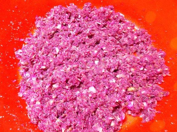 перетираем лепестки роз с сахаром