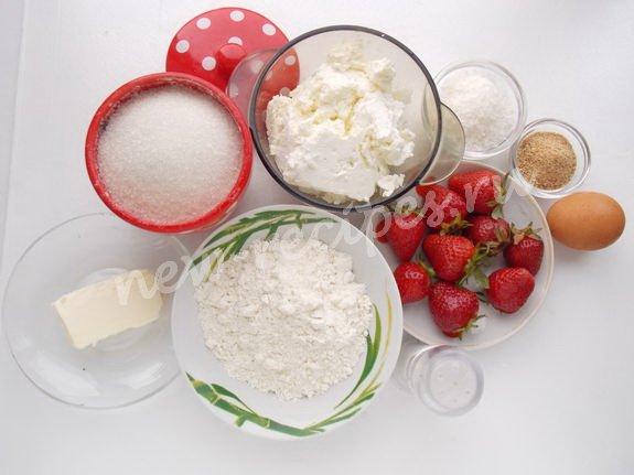 ингредиенты для десерта из творога и клубники